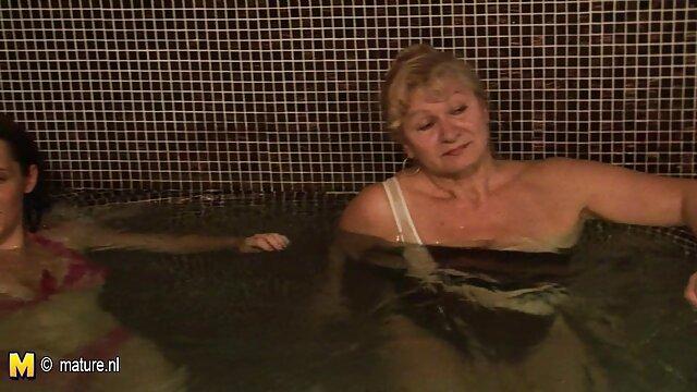 Seorang wanita dalam bikini, nonton bokep jepang mom terikat, ketat, berbaring di perutnya.